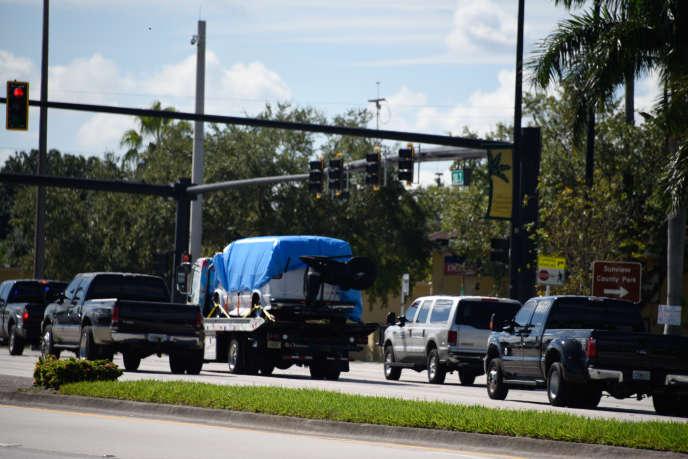 La camionnette du suspect interpellé dans l'affaire des colis piégés est emportée par les officiers du FBI, en Floride, vendredi 26 octobre.
