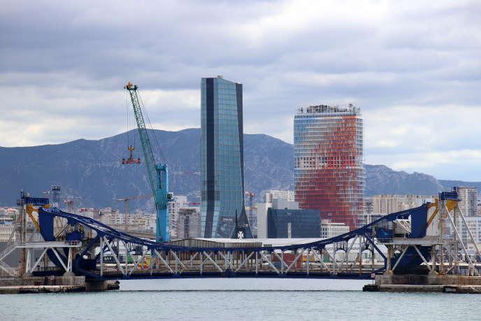 L'immeuble de bureaux La Marseillaise (à droite), sur le quai d'Arenc, dans le 2e arrondissement de Marseille, conçu par Jean Nouvel et inauguré le 25 octobre 2018.