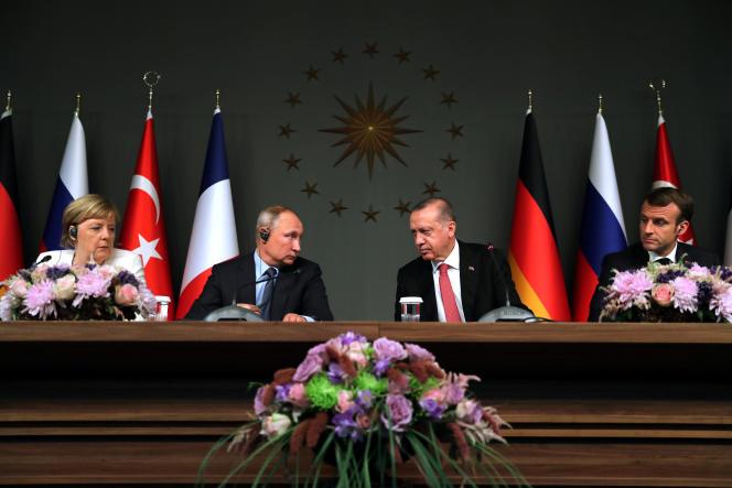 De gauche à droite : la chancelière allemande, Angela Merkel, le président russe ,Vladimir Poutine, le président turc, Recep Tayyip Erdogan, et le président français, Emmanuel Macron, lors de la conférence de presse ayant suivi leur entretien, à Istanbul, samedi 27 octobre.