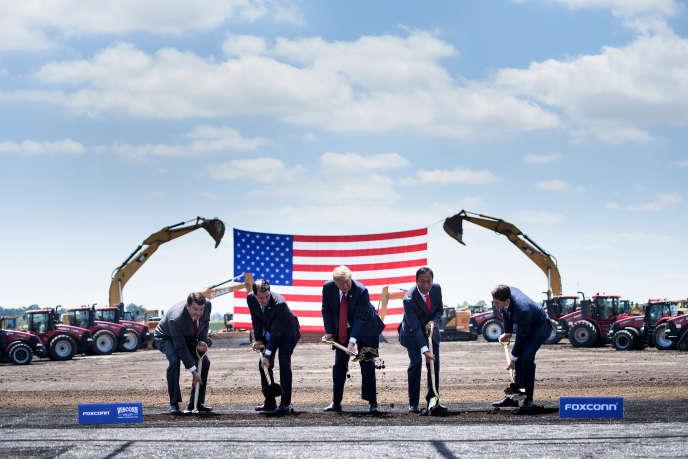 Au centre, le président américain, Donald Trump, à Mount Pleasant, dans le Wisconsin, en juin.
