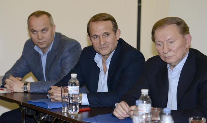 Viktor Medvedtchouk (au centre) avec l'ex-président ukrainien Leonid Koutchma (à droite), à Donetsk, le 27 juin 2014.