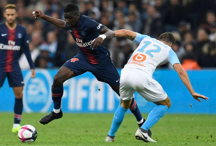 Stanley Nsoki se défait de Kevin Strootman lors de la rencontre entre le PSG et l'OM, le 28 octobre.