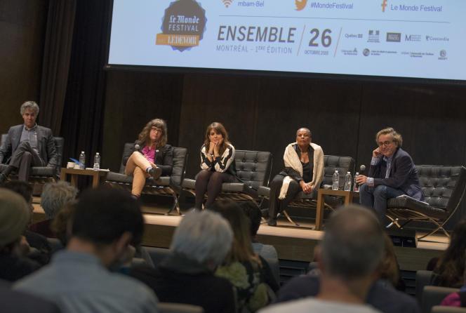 De gauche à droite : Alain Roy, Gabrielle Bouchard, Véronique Hivon, Christiane Taubira et Franck Nouchi lors de la conférence «Réformes sociétales : consensus québécois, dissensus français» au Monde Festival Montréal, le 26 octobre.