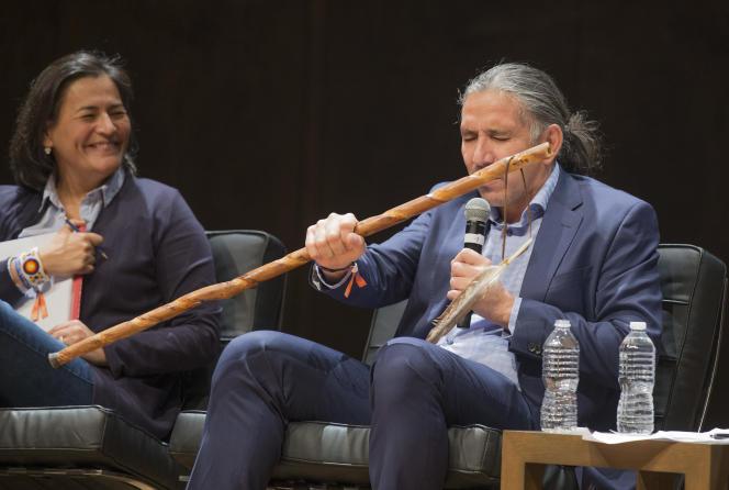 Michèle Audette et Stanley Vollant lors de la conférence «Autochtones, histoire coloniale : comment composer avec l'héritage du passé ?» au Monde Festival Montréal, le 26 octobre.
