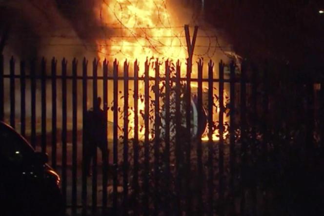 Des images prises après l'incident montrent une zone en proie à d'impressionnantes flammes, vers laquelle convergent des véhicules de secours.