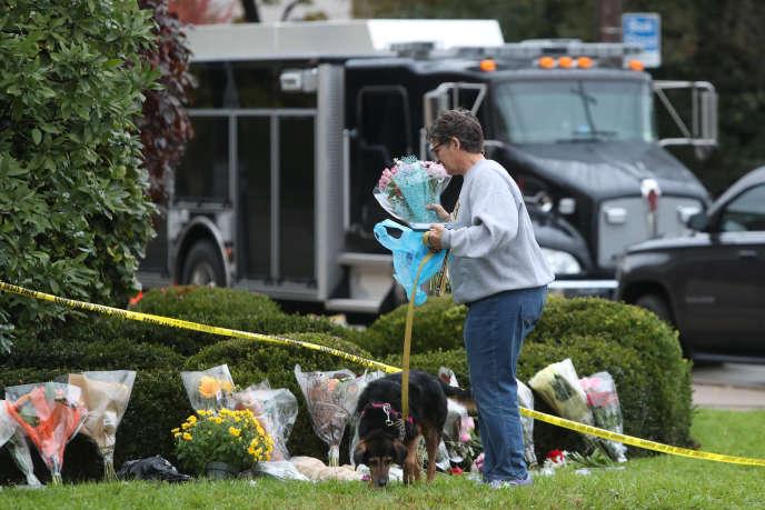 Une femme dépose des fleurs en hommage aux victimes de l'attaque antisémite à Pittsburgh, samedi 28 octobre.