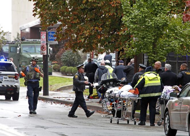 Evacuation d'une victime de la tuerie à la synagogue Tree of Life, à Pittsburgh (Pennsylvanie), le samedi 27 octobre.