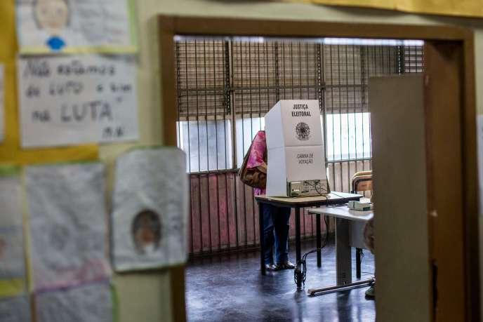 Un femme vote lors du second tour de la présidentielle, à Rio de Janeiro, dimanche 28 octobre.