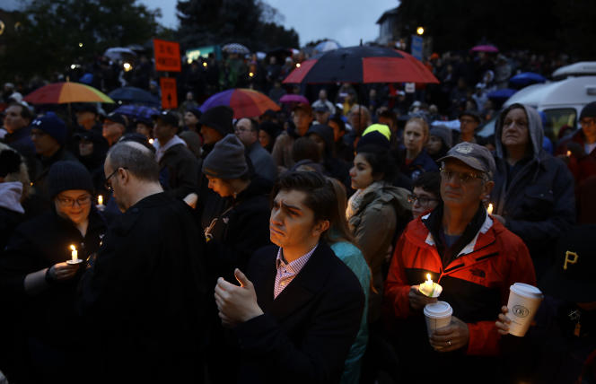 Bougie à la main, des dizaines d'habitants de Pittsburgh se sont recueillis pour des veillées d'hommage aux victimes de la synagogue.