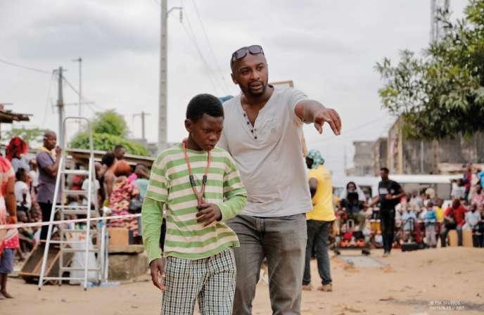 Alex Ogou, scénariste et réalisateur de la série«Invisibles» sur les enfants des rues délinquants, avec l'un de ses jeunes acteurs, pendant le tournage en Côte d'Ivoire.