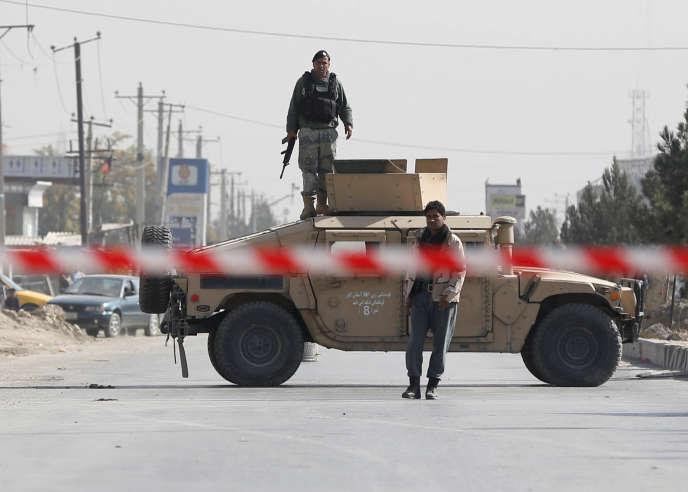 Des policiers à Kaboul, près du site d'une attaque-suicide, le 29 octobre.