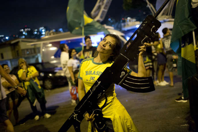 Une partisane de Jair Bolsonaro fête la victoire du candidat d'extrême droite à la présidentielle brésilienne, à Rio, le 28 octobre.