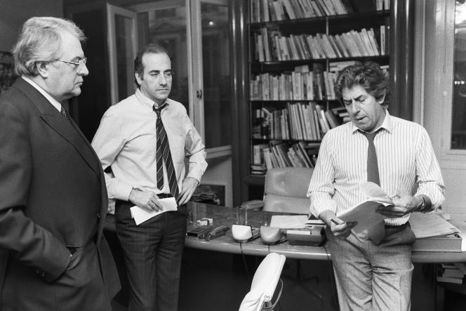 Philippe Gildas (à dr.) et Jean-Pierre Elkabbach discute avant une interview avec Pierre Mauroy (à g.), alors premier ministre, dans les bureaux d'Europe 1, le 27 mars 1984.