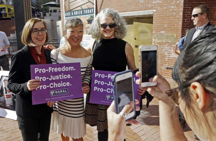 Le gouverneure de l'Oregon, Kate Brown, à gauche, en compagnie de militante du droit à l'avortement. Les électeurs de cet Etat ont rejeté une proposition visant à restreindre le recours à l'IVG.