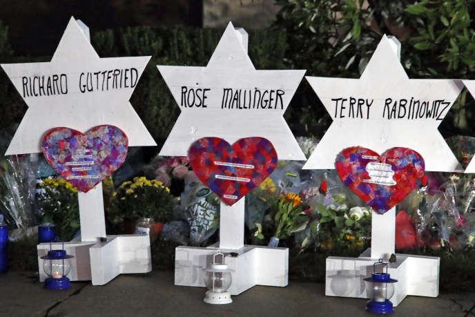 Des étoiles de David portant les noms des victimes de la synagogue de Pittsburgh, devant le bâtiment, le 28 octobre.