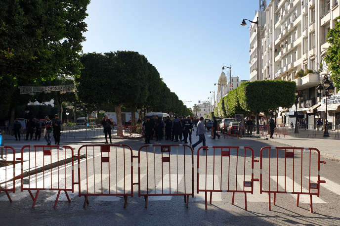 La police ferme la zone proche du site de l'explosion dans le centre de Tunis, le 29 octobre.