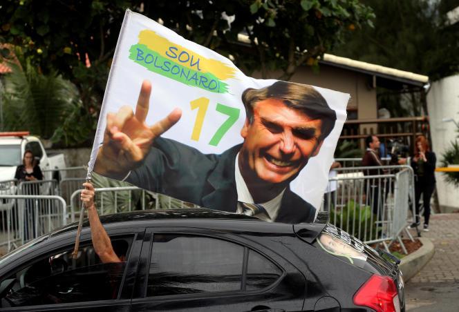 Un partisan du nouveau président brésilien, Jair Bolsonaro, le soir de la victoire de ce dernier, à Rio de Janeiro, le 29 octobre.
