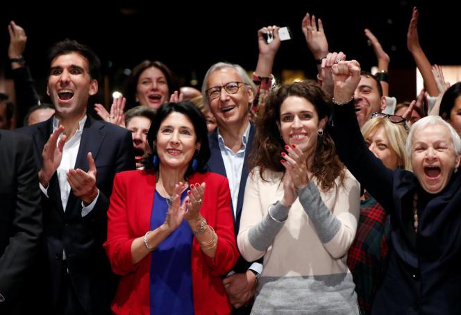 Salome Zourabichvili, accompagnée de sa fille, lors de l'annonce des résultats. le 28 octobre, à Tbilissi.