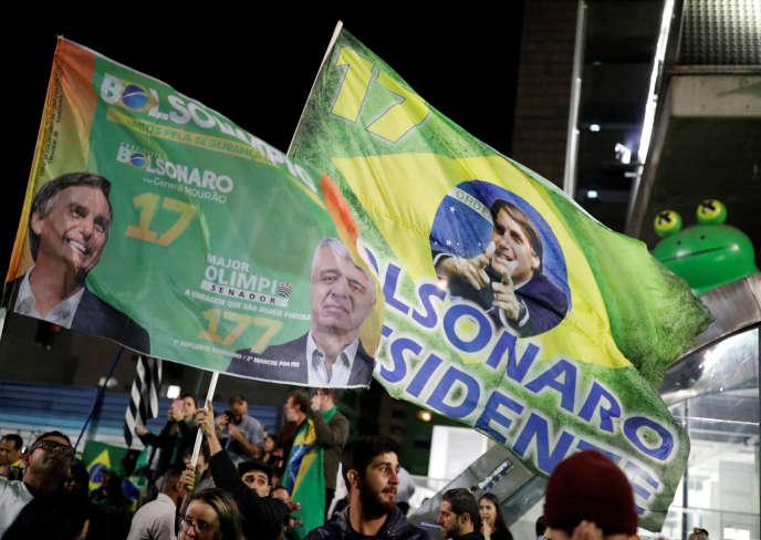 Des partisans de Jair Bolsonaro fêtent la victoire dans les rues de Sao Paulo, dimanche 28 octobre au soir.