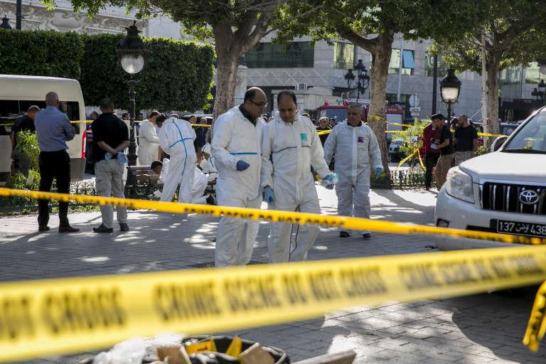 La police scientifique intervient avenue Habib Bourguiba sur le site où une femme s'est fait explosée, à Tunis, le 29 octobre.