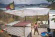 Cabanes faites de matériaux de récupération sur des terrains inoccupés de la presqu'île de Nouville (Nouvelle-Calédonie), en novembre 2017.