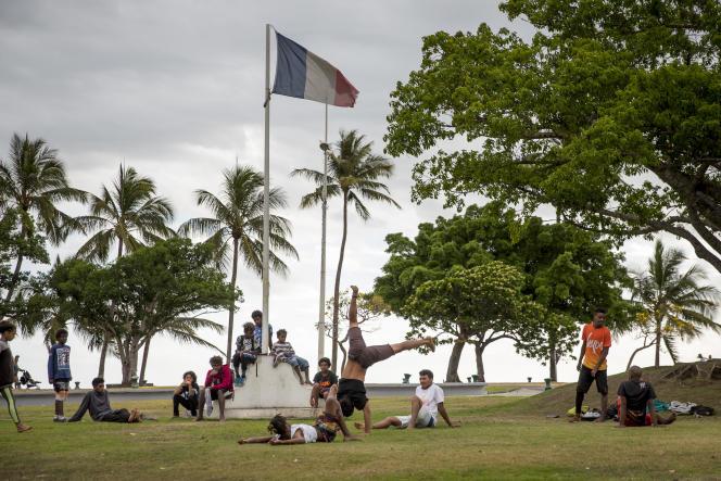 Jeunes dans le quartier de l'Anse Vata, à Nouméa, Nouvelle-Calédonie, en 2017.