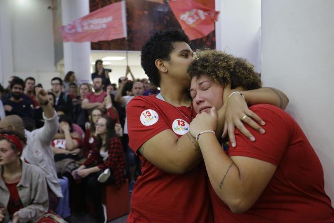 Des militantes du Parti des travailleurs se consolent de leur déception –leur candidat, Fernando Haddad n'est pas élu–, à Sao Paulo, le 28 octobre.