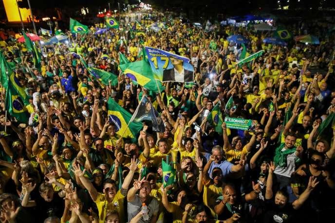 Des partisans de Jair Bolsonaro célèbrent sa victoire, devant le Congrès à Brasilia, le 28 octobre.
