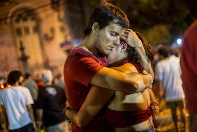 Des militants du parti de Fernando Haddad se réconfortent, à Rio de Janeiro, au soir de la défaite de leur candidat.