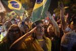 Une supportrice de Jair Bolsonaro célèbre sa victoire à l'élection présidentielle brésilienne, le 28 octobre 2018.