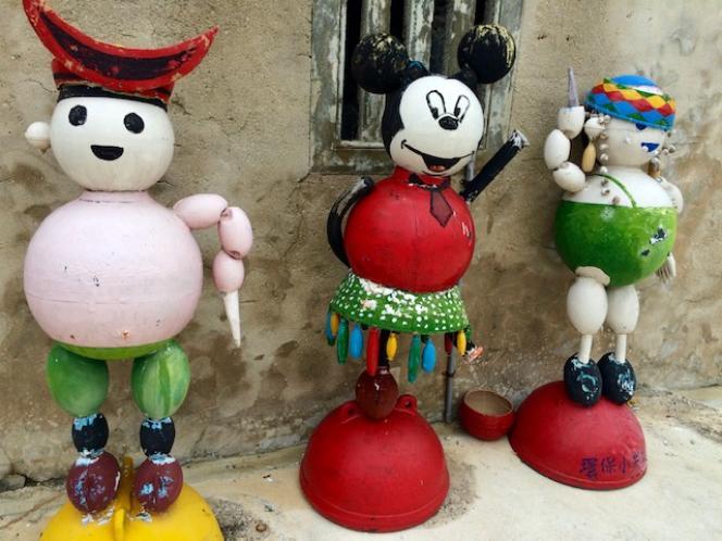 Dans le village de Nan-liao, à Penghu (Taïwan), des personnages réalisés avec des bouées de pêche, le 28 septembre.