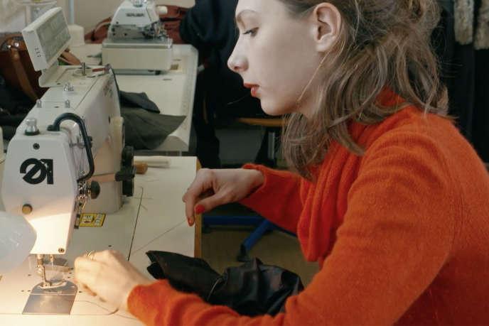 « Les Habilleuses», documentaire français deJean-Louis Mahé et Gill Sgambato.