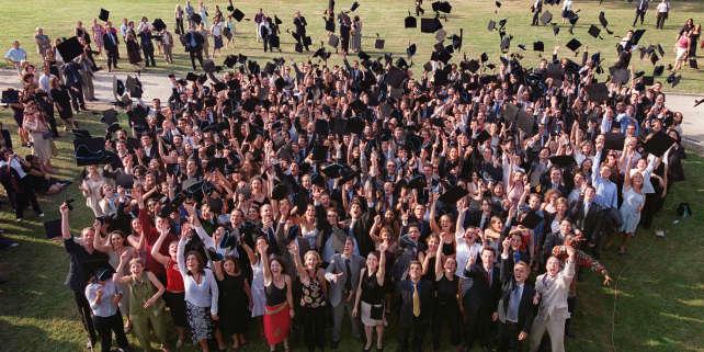 Cérémonie des diplômes à HEC, le 16 juin 2003, à Jouy en Josas, près de Paris.