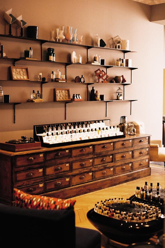Dans l'entrée, des orgues à parfums et des étagères se mêlent à des objets chinés et des produits Diptyque .
