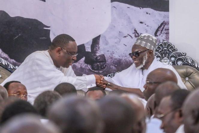 Le président sénégalais reçu par lecalife général des mourides, Serigne Mountakha Bassirou Mbacké, lors de sa visite dans la ville sainte de Touba, les 25 et 26octobre 2018.