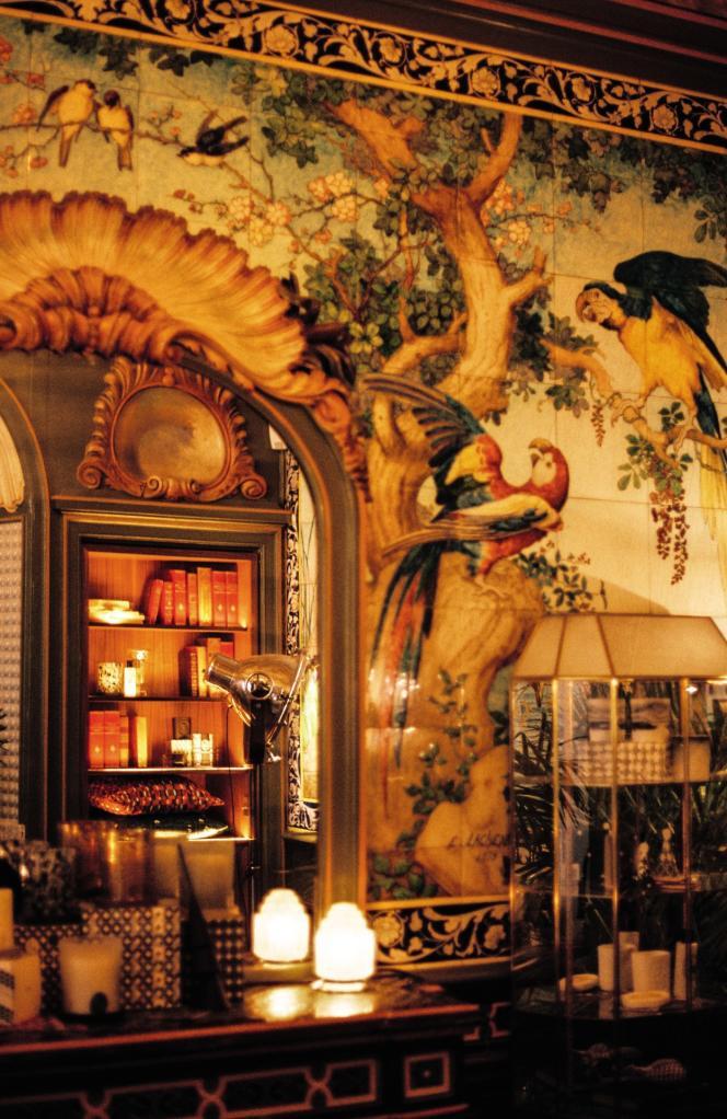Fresques murales du céramiste Théodore Deck dans l'ancienne salle de bains de Sarah Bernhardt, classée aux monuments historiques et transformée en salon.