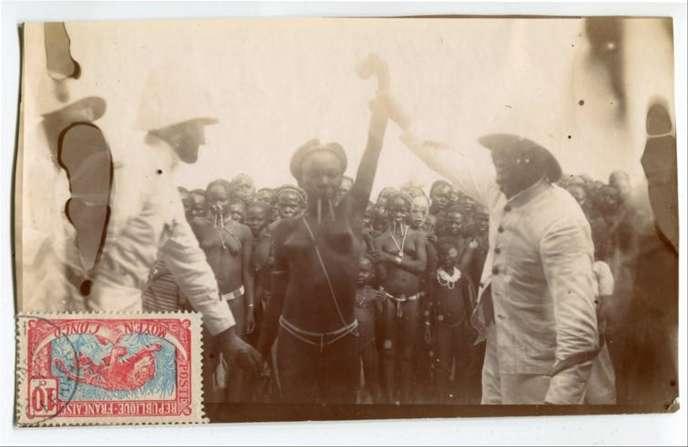 Concours de beauté bambari, au Moyen-Congo, actuelle Centrafrique (tirage albuminé, 1912).Ce document figure dans le livre « Sexe, race et colonies », publié aux éditions La Découverte.