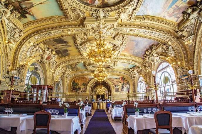 Inscrit aux Monuments historiques et rénové en 2014, Le Train bleu fut inauguré en 1901 et les plus grands peintres de l'époque ont contribué au cadre magnifique de ce «buffet» de la gare de Lyon dans le 12e arrondissement.