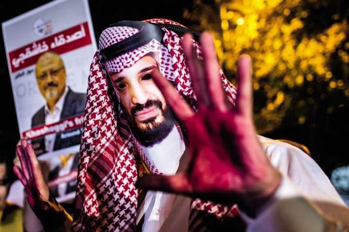 Le 25 octobre à Istanbul, lors d'un rassemblement autour de la disparition du journaliste Jamal Khashoggi, un manifestant arbore un masque du prince saoudien Mohammed Ben Salmane.
