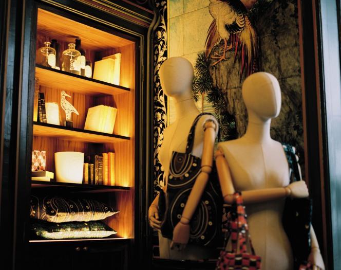 Dans la seconde pièce classée, à la bibliothèque réalisée sur mesure, des mannequins portent des sacs aux tissus dessinés par les créateurs maison.
