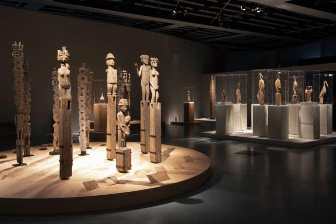 Les poteaux funéraires en bois sculpté jalonnent les tombes des ancêtres dans la Grande Ile. Une tradition qui se perpétue.