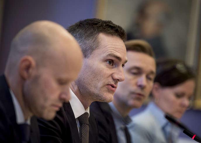 Le ministre danois de l'économie, Rasmus Jarlov (au centre), lors d'une consultation publique sur l'affaire de blanchiment de la Danske Bank, à Copenhague, le 23 octobre.