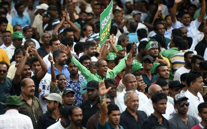 Des soutiens du premier ministre sri-lankais sortant,Ranil Wickremesinghe, manifestent à Colombo le 30 octobre.
