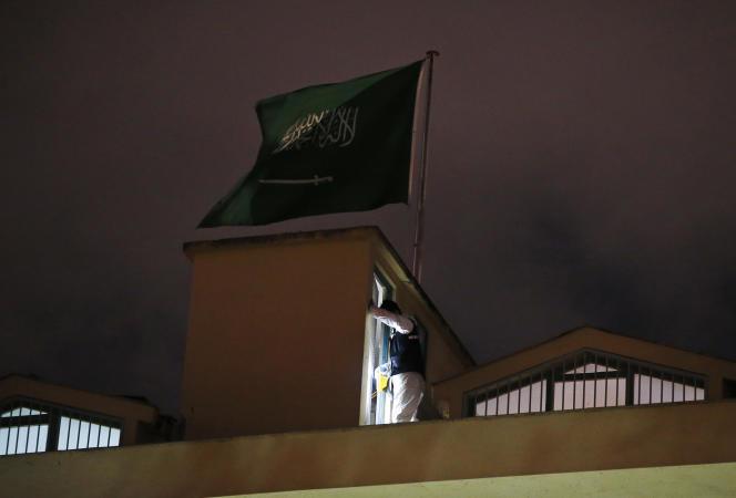 La police scientifique turque au travail sur le toit du consulat saoudien à Istanbul, le 15 octobre.