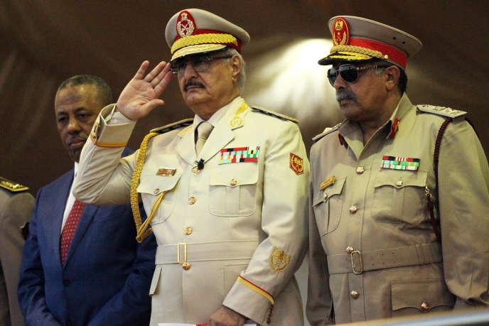 Le maréchal Khalifa Haftar, chef de l'autoproclamée Armée nationale libyenne (ANL), salue pendant une parade militaire àBenghazi, le 7mai 2018.