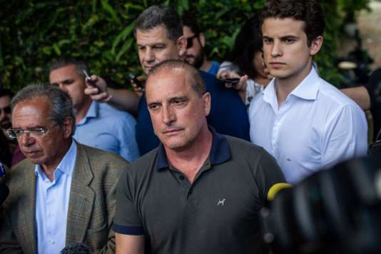 Le futur chef du gouvernement brésilien, Onyx Lorenzoni (au centre), à la sortie d'une réunion avec le président élu, mercredi30 octobre à Rio.