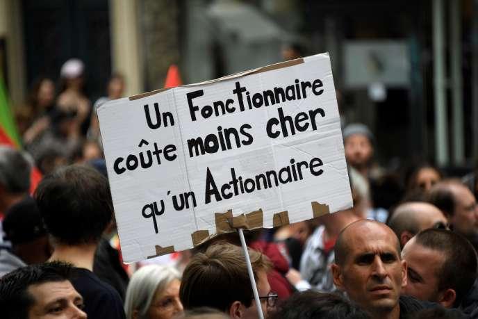 Manifestation à Paris, le 22 mai, contre la réduction des effectifs de fonctionnaires.