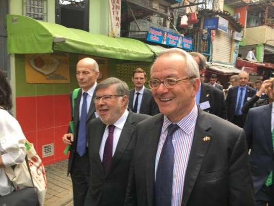 Gérard Wolf, au premier plan, et une délégation de la «Task force» (groupe de travail) du Medef dans un quartier pauvre de Medellín, en Colombie.