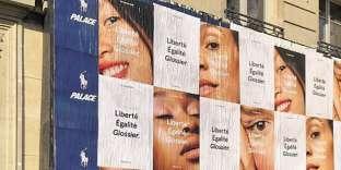 Glossier a annoncé son arrivée en France par une grande campagne d'affichage.