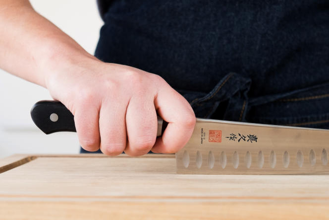Quand on tient un couteau de cuisine, il doit y avoir suffisamment d'espace entre le manche et la planche, pour éviter de se cogner les doigts.